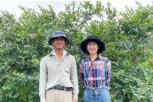 奥丹波ブルーベリー農場の古谷洋瓶さん(左)・暁子さん(右)